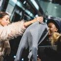 Naujos kolekcijos drabužius mados gerbėjai plėšė vieni kitiems iš rankų