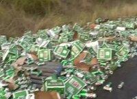 Australijoje per sunkvežimio avariją dužo šimtai alaus dėžių
