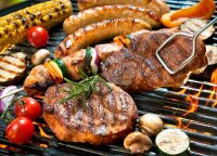 Barbekiu diena: grilinimo tradicijos pasaulyje – nuo duobėje kepamo jaučio iki desertų gaminimo kepsninėje