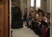 """Paryžiuje pristatyta gėlėta """"Valentino"""" mados namų kolekcija"""