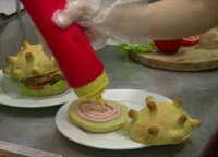 Suvalgyk, kad nugalėtum! Picerija gamina koronaviruso formos mėsainius
