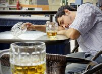 Santykių ekspertas pataria: vyras klimpsta į alkoholizmo liūną, ką daryti?