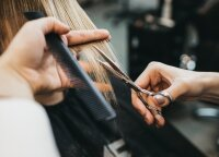Plaukų stilistė parodė, kaip pakirpti plaukų galiukus ir sutvarkyti kirpčiukus namuose