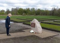 PM honors memory of WWII and totalitarian regime victims in Macikai