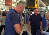 Anglijos futbolo komandos sirgaliai trenerio garbei puošiasi liemenėmis