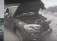 Užfiksavo šiurpią avariją – išsiblaškęs BMW vairuotojas į kliūtį trenkėsi nė nestabdydamas