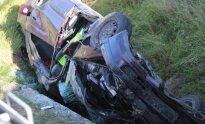 Trakuose nuo viaduko nukrito automobilis