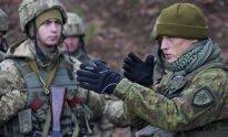 Lietuvos kariuomenės instruktorius su Ukrainos kariais