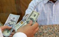 JAV dolerio kursas pirmadienį smunka