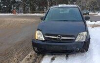 Vilniuje iš šalutinio išvažiavęs taksi sukėlė avariją, dėl vaiko iškviesti medikai