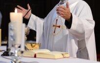 Palygino kunigus su prekybos centrų kasininkais: jie kompromituoja tikėjimą