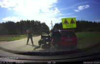 Nufilmavo sulaikymo operaciją: ginkluoti vyrai žaibiškai išvilko vairuotoją ir iškrėtė automobilį