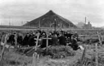 Grupė politinių kalinių, suklaupusių prie kryžiaus, skirto Vorkutos (Rečlago) sukilimo aukoms atminti