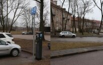 Šalia Kultūros fabriko stovintis parkomatas išduoda kvitus, leidžiančius stovėti tik aikštelėje. Jei su tokiu kvitu automobilį pasistatysi šalia esančiame kieme - gali užsidirbti baudą.
