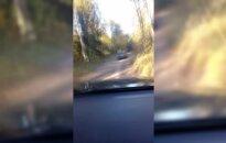 """Nuo pasieniečių sprukęs """"Audi A6"""" nuvažiavo nuo kelio ir užsiliepsnojo"""