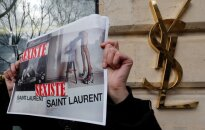 """Mados namams """"Saint Laurent"""" nurodyta pašalinti žeminančius plakatus"""