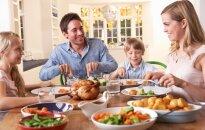 Šeima pietauja, vakarieniauja