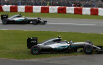 Iš trasos išlėkęs N. Rosbergas liko nepatenkintas agresyviu L. Hamiltono elgesiu