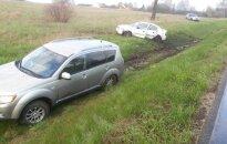 """Dėl """"kelių gaidelio"""" su BMW magistralėje susidūrė ir nuo kelio nulėkė du automobiliai"""