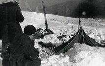 Palapinių, kurias atrado 1959 m. vasario 26 d., vaizdas. Jos buvo suraižytos iš vidaus, o žmonės išbėgę basi ir be daiktų.