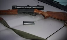 Pro automobilio langą šautuvą iškišusiam medžiotojui - rimti nemalonumai