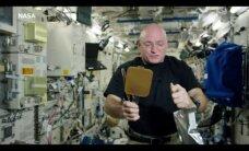 Tenisas kosmose: kodėl vandens kamuoliukas, atsimušęs į raketę, neištykšta?