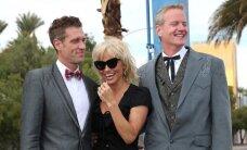 Gėjų vestuvėse Pamela Anderson demonstravo prisegamas kojines