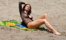 """Brazilų """"Playboy"""" modelis toliau audrina vaizduotę: paplūdimyje staipėsi pasipuošusi visiškai permatomu maudymuku"""