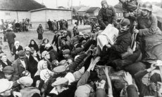 Sovietų kariai Vilniaus krašte dalina laikraščius, 1939 metai