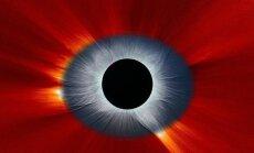 Kombinuota kovo 9 d. iš kosmoso (raudona spalva) ir iš Žemės (mėlyna spalva) stebėto Saulės užtemimo nuotrauka