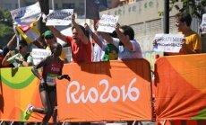 Būsimą olimpinę čempionę Jemima Jelagat Sumgong netoli finišo pasitiko protestuotojai