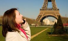 Mergina kalba telefonu prie Eifelio bokšto