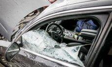 Policininkai iš automobilio ištraukė nedrausmingą vairuotoją tik išdaužę langą