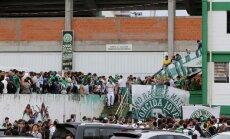 Chapecoense gerbėjai gedi prie klubo stadiono