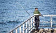 Ant tilto žvejojantis vyras