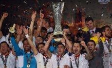 Sevilla futbolininkai su Europos lygos taure