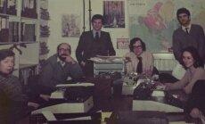 """BBC rusų tarnybos susirinkimas. Už stovinčio S. Josmano nugaros - plakatas, sumontuotas iš Leonido Brežnevo ir """"Stoličnaja"""" butelio nuotraukų"""