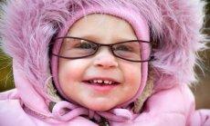 Nufilmavo, kaip kūdikiui uždėjus akinius, jis pirmą kartą aiškiai pamato mamą (VIDEO)