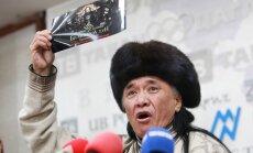 Sumušto reperio tėvas Sevjidiinas Sukhbaataras per spaudos konferenciją Ulan Batore