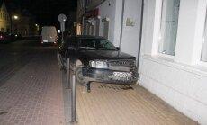 """Jurbarke nepilnamečio vairuojamas """"Audi"""" trenkėsi į parduotuvę"""