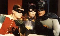 Adamas Westas (pirmas iš dešinės)