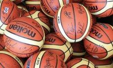 Vaikams bus išdalinti kamuoliai su krepšininkų parašais