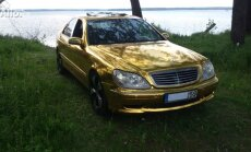 Aukso spalvos automobilis
