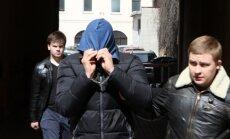 Įtariameji nužudymu vedami iš teismo