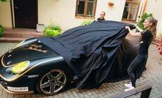 A.Beliakaitė pristatė savo puoštą Porche automobilį (T.Šimkaus nuotr.)
