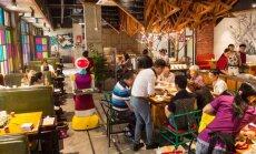 Kinijos restorane lankytojus aptarnauja robotas