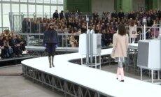 """Paryžiaus mados savaitėje """"Chanel"""" pristatė kosmoso įkvėptą kolekciją"""