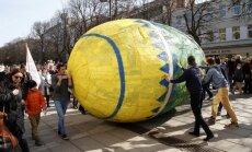 Kaune studentai rideno milžinišką margutį