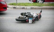 Tarp automobilių nardęs motociklininkas rėžėsi į Seat