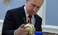 V. Putinas apžiūri pirmojo SSRS kosminio laivo Vostok-1 modelį